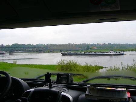 Blick vom SP auf die Schifffahrt an der Lauenburg Elbbrücke