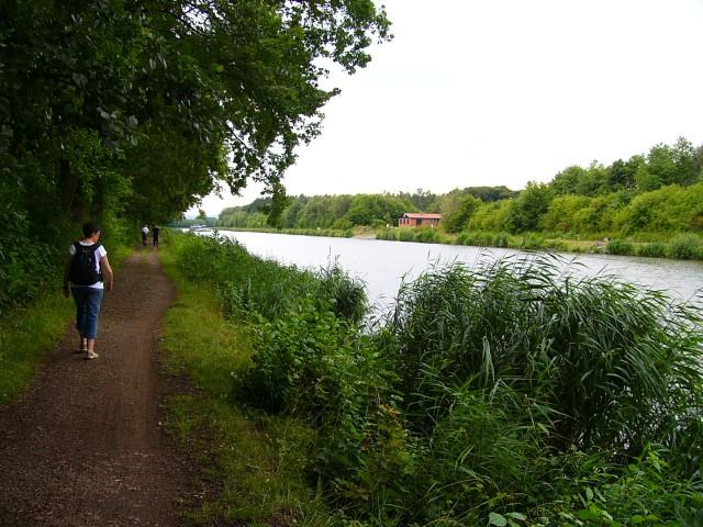 Idyllischer Weg am Kanal