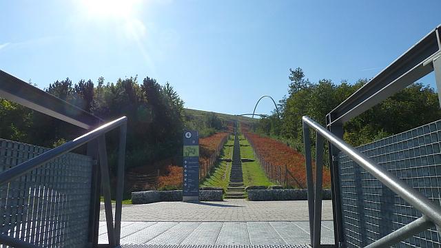 Treppenaufgang zur Halde Hoheward bei 27° C am 1. Oktober 2011