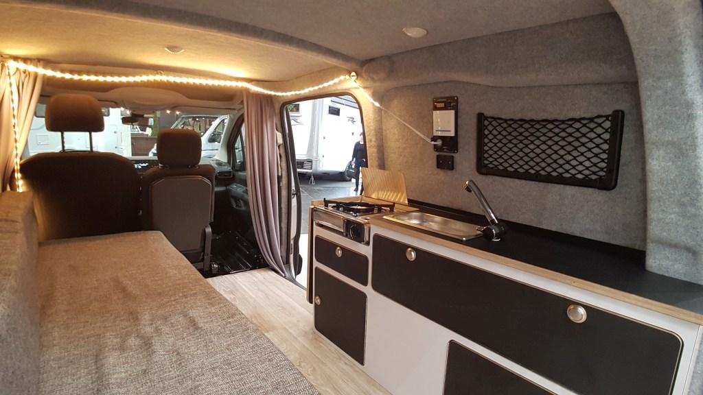 Peugeot Partner Minicamper - Wohnbereich mit Küchenzeile